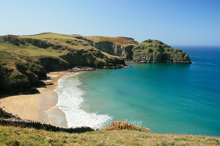 Picture of turquoise coloured water at Benoath Cove and Bossiney Haven