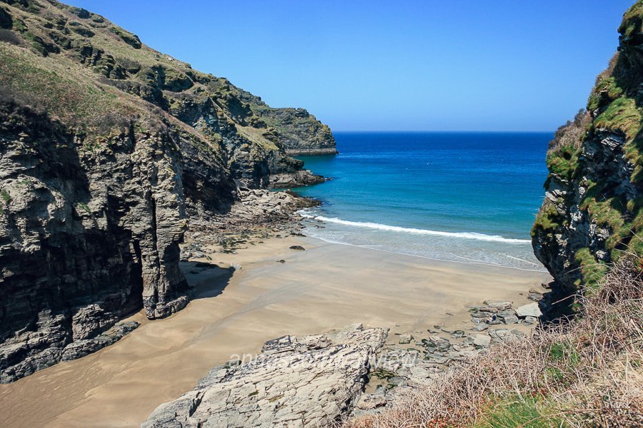 Picture of the Elephant Rock natural arch at Bossiney Haven beach